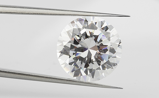 Round Brillant Cut Diamond in Tongs